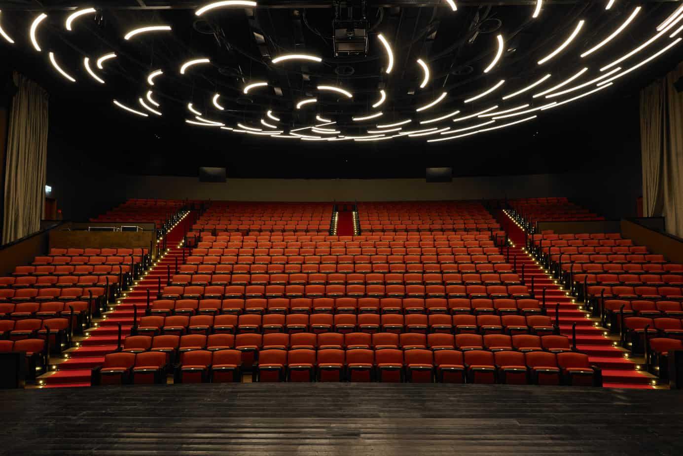 """אולם עוצב על ידע HQ אדריכלים, כיסא דגם ALLEGRO  , מתוצרת חברת IRWIN SEATIG ארה""""ב"""
