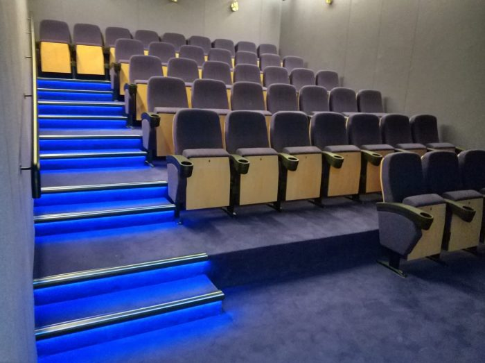 אולם קולנוע בית בלב - טריבונה בנוייה מעץ